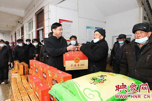 潢川:爱心企业到伞陂镇开展现场捐赠活动